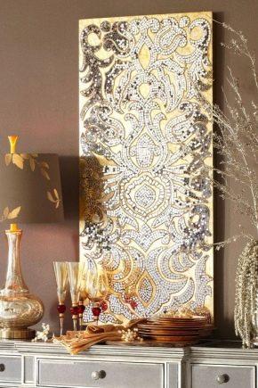 Cuenta con decoración de pared en la sala de estar.