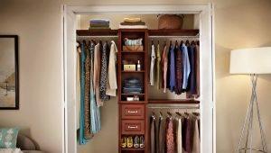 Hacemos un amplio vestidor desde una pequeña despensa.