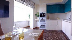Σχεδιασμός κουζίνας σε συνδυασμό με μπαλκόνι