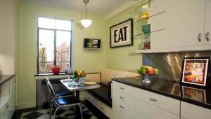 Κουζίνα επιφάνειας 10 τετραγωνικών μέτρων. μέτρα με καναπέ