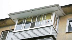Verglasung von Balkonen mit einem Dach