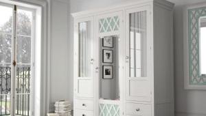 خزانة بيضاء في غرفة النوم
