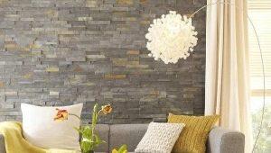 Decorando las paredes en el salón de piedra decorativa.