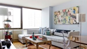 Características del diseño interior de una pequeña sala de estar en un estilo moderno.
