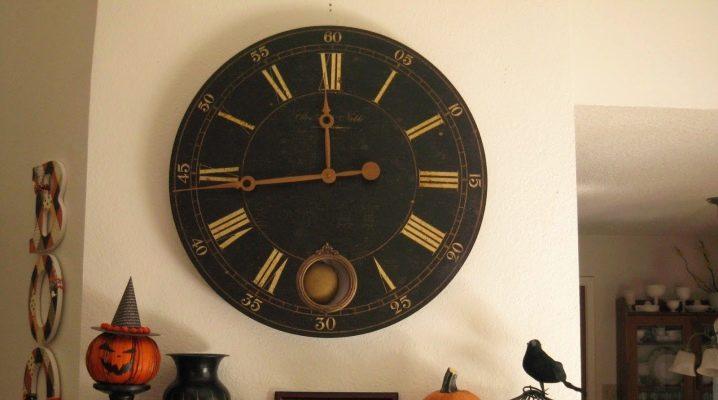 Gran reloj de pared: el modelo original en el interior del salón.