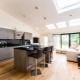 Sala de estar combinada con cocina en una casa privada.