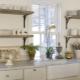 Ράφια στην κουζίνα αντί ντουλάπια στο εσωτερικό
