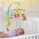 Mobile sur un lit pour les nouveau-nés