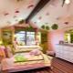 Le plafond de plaques de plâtre dans la chambre des enfants