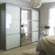 Garderobe mit einem Spiegel im Schlafzimmer