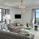 Interjera dizaina dzīvojamā istaba ar diviem logiem