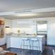 El interior de la cocina-salón en el estilo de alta tecnología.