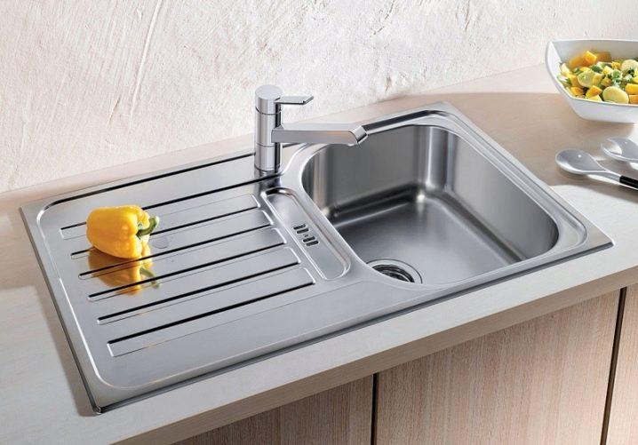 Tenggelam Untuk Dapur Dari Keluli Tahan Karat Diletakkan Di Sinki Dapur Dari Keluli Tahan Karat
